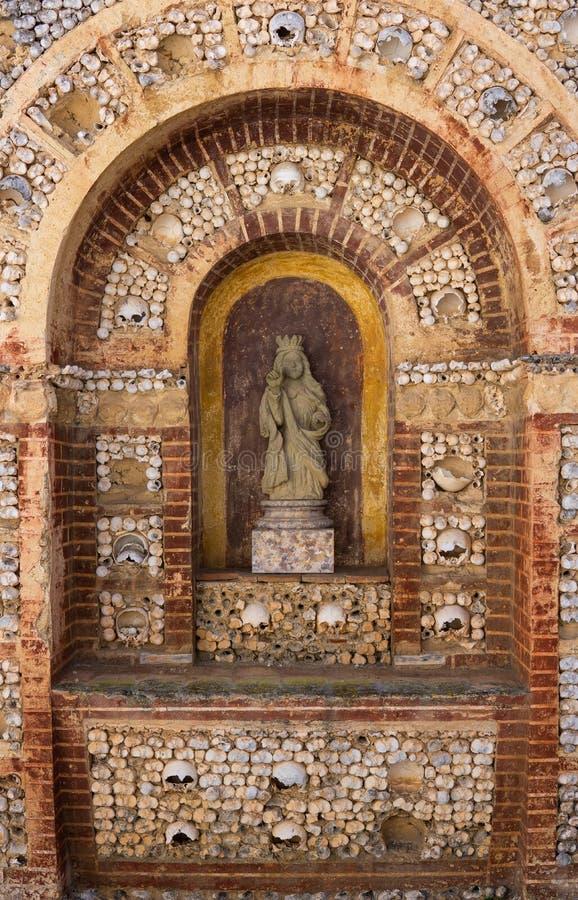Faro Portugal ossuaryrelikskrin av bendetaljen i Capela DOS Ossos arkivfoton