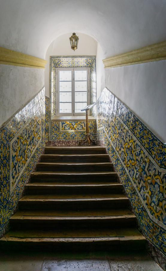 Faro Portugal trappa som smyckas med azulejotegelplattor i huvudsaklig domkyrka royaltyfri foto