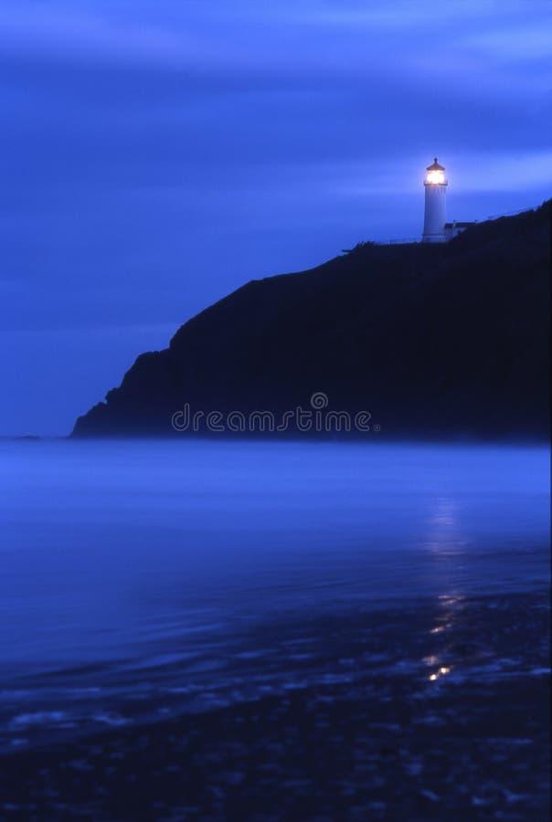 Faro principal del norte en la oscuridad imagenes de archivo