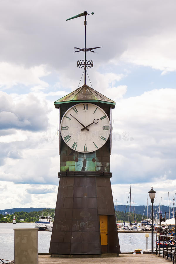 Faro, reloj en la 'promenade' en Aker Brygge en Oslo, Noruega foto de archivo libre de regalías