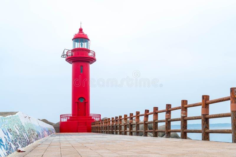 faro rojo en la isla de Jeju foto de archivo