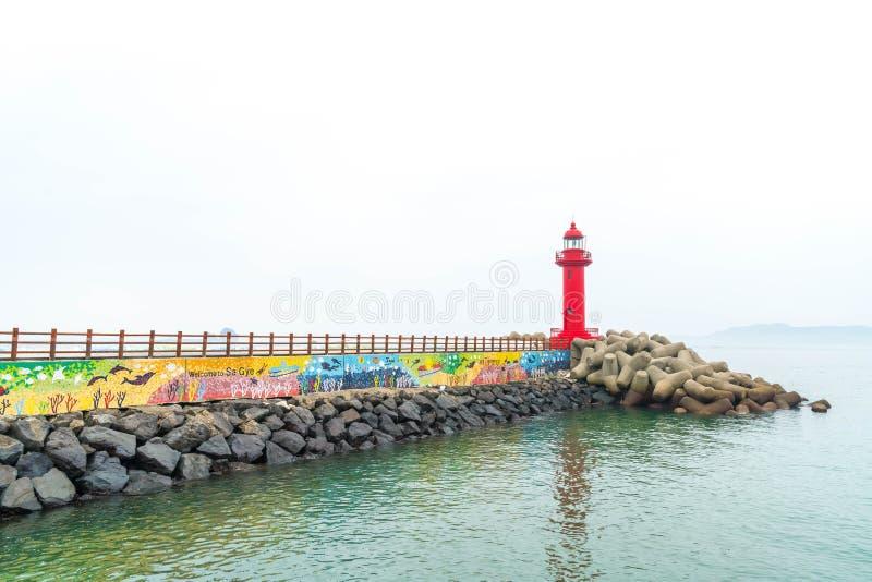 faro rojo en la isla de Jeju fotografía de archivo