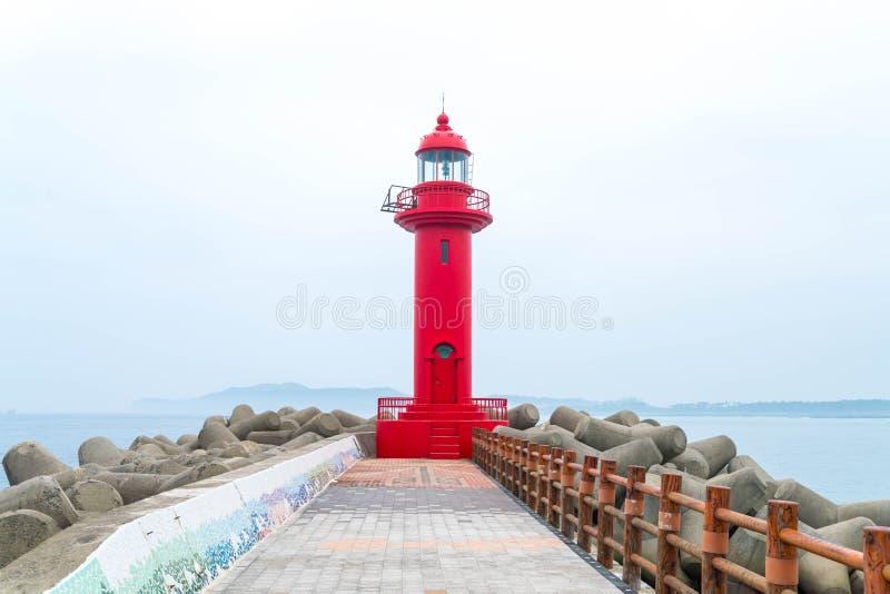 faro rojo en la isla de Jeju imagenes de archivo