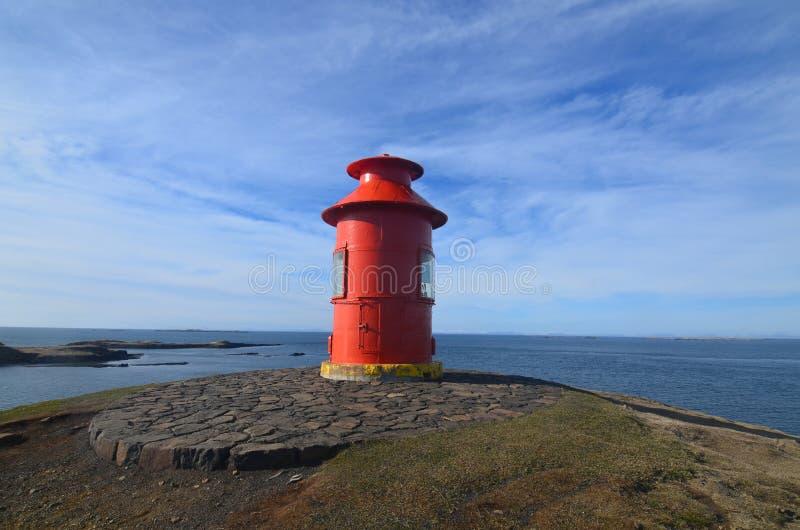 Faro rojo hermoso en Islandia del oeste en Snaefellsnes Peninsu foto de archivo