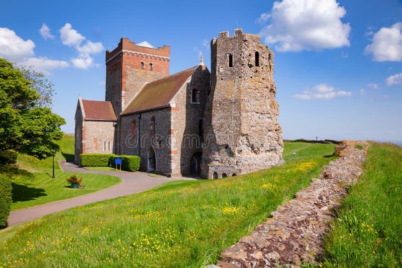 Faro romano e iglesia Dover Castle Kent del St Mary de Castro fotos de archivo