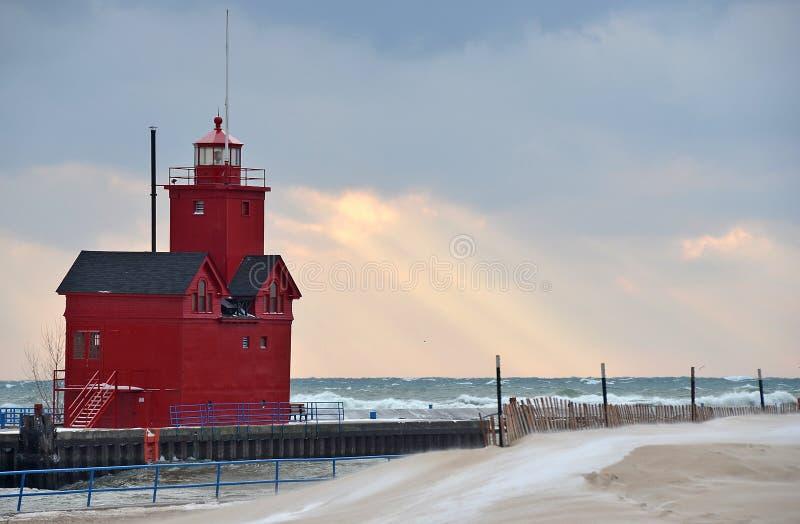 Faro rosso del Michigan nell'inverno fotografia stock libera da diritti