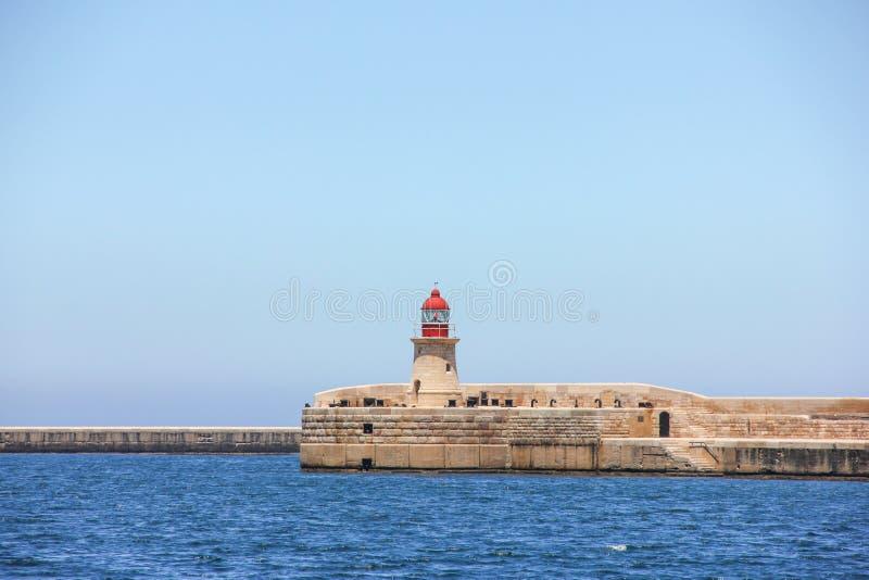 Faro rosso nel grande porto di La Valletta immagini stock libere da diritti