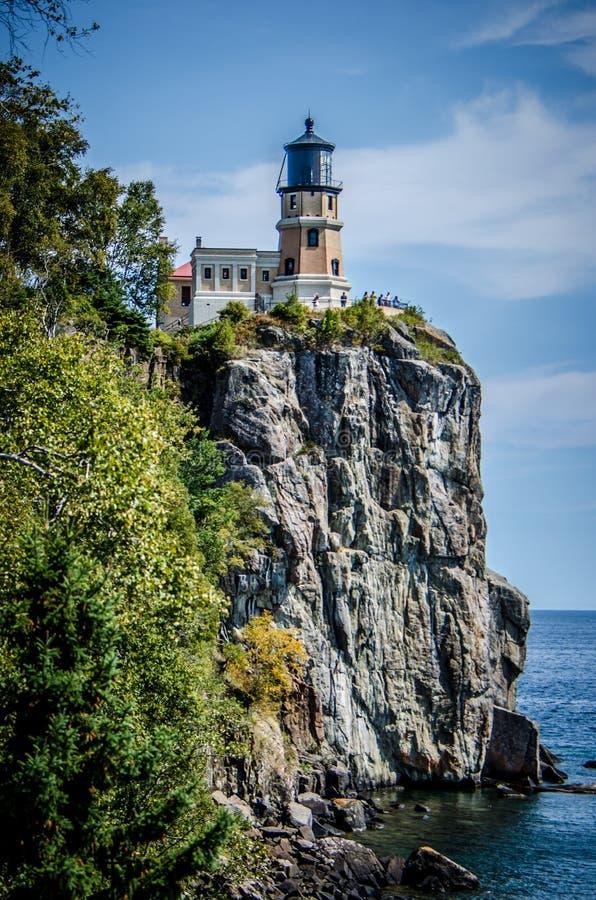 Faro spaccato della roccia sulla riva del nord del lago Superiore dentro né immagine stock