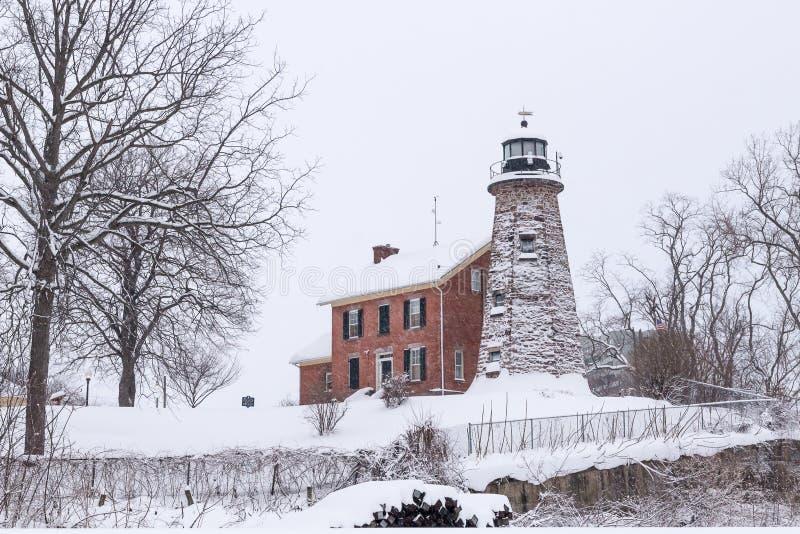 Faro storico sul fiume di Genesee dopo la tempesta della neve di inverno fotografie stock