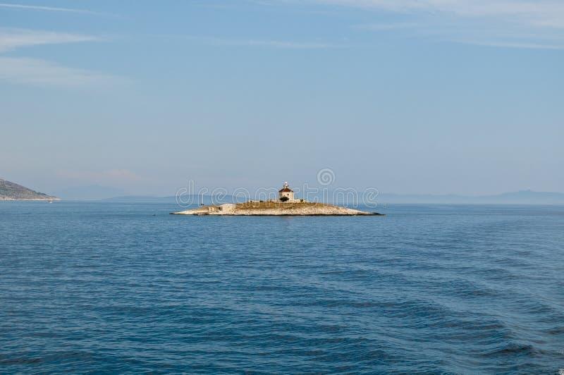 Faro su un'isola minuscola, mare adriatico, Croazia immagine stock libera da diritti