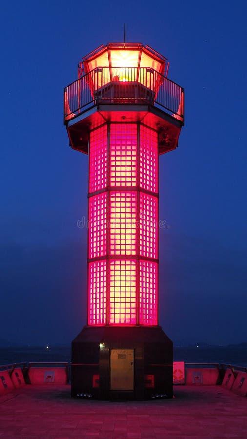 Faro tejado rojo en Takamatsu en la noche imagen de archivo libre de regalías