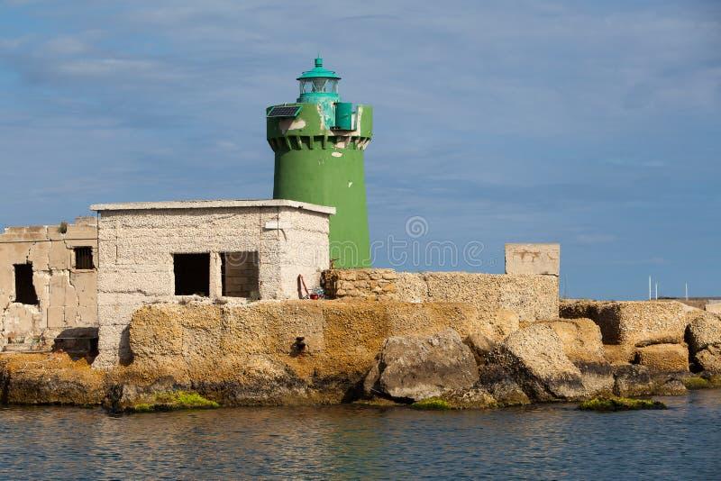 Faro verde all'entrata al porto fotografie stock libere da diritti