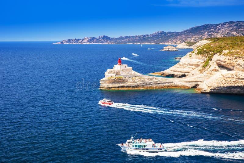 Faro vicino a Bonifacio sulla bella scogliera bianca della roccia con il mare immagine stock libera da diritti