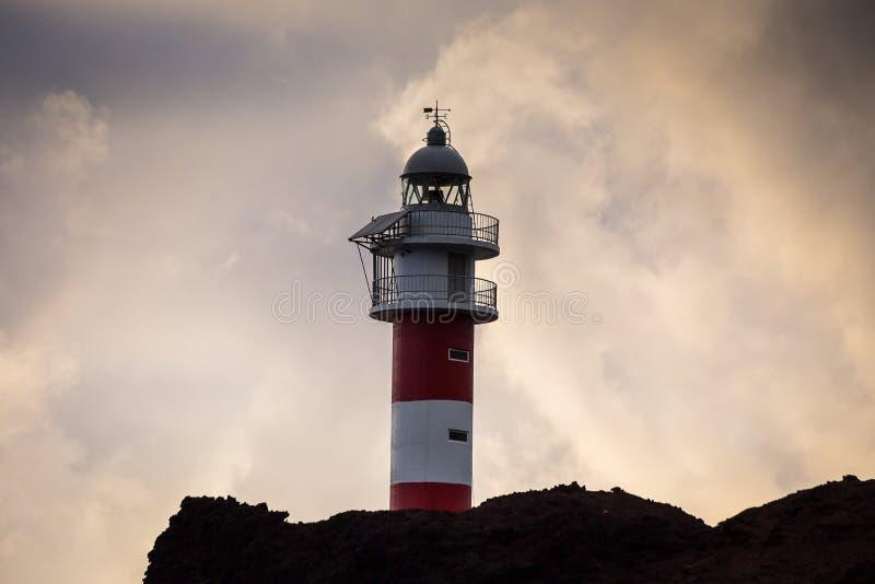 Faro viejo el Punta de Teno en la isla de Tenerife, Isla amarillo foto de archivo