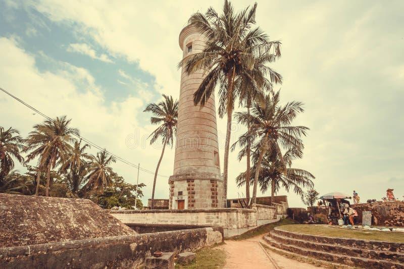 Faro viejo en paisaje tropical de los árboles de la ciudad histórica fotografía de archivo