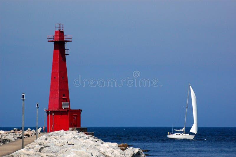 Faro y barco de vela, Muskegon, MI fotografía de archivo