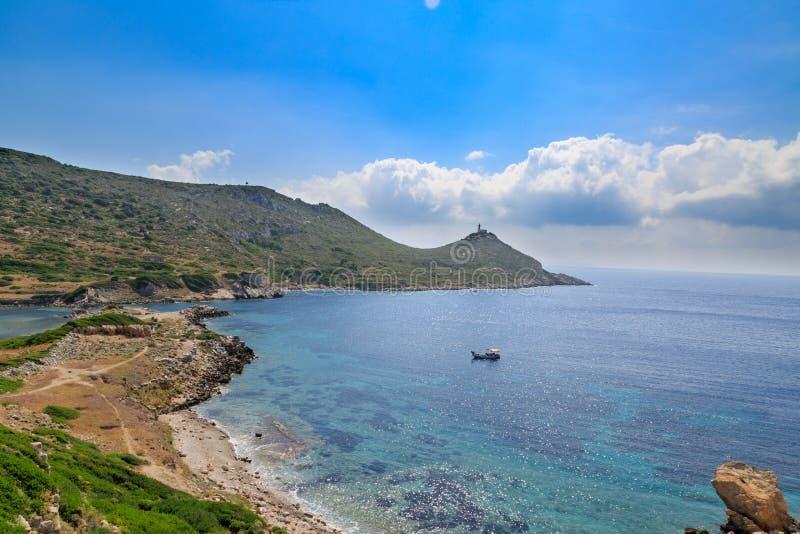 Faro y barco en el Mar Egeo idílico en knidos imagen de archivo