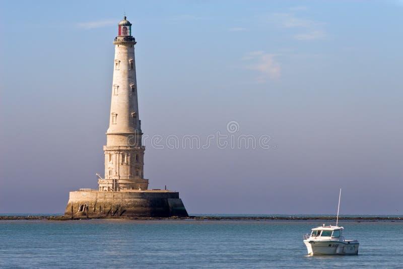 Faro y barco lujosos imagen de archivo libre de regalías