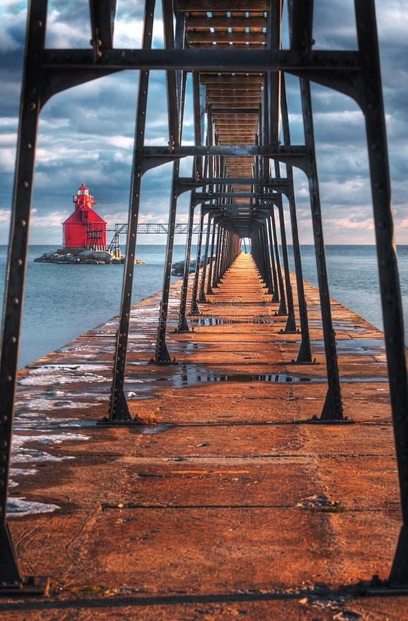 Faro y calzada del canal de nave de la bahía del esturión fotos de archivo libres de regalías