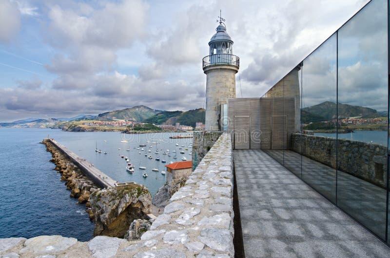 Faro y el puerto de Castro Urdiales. imagen de archivo