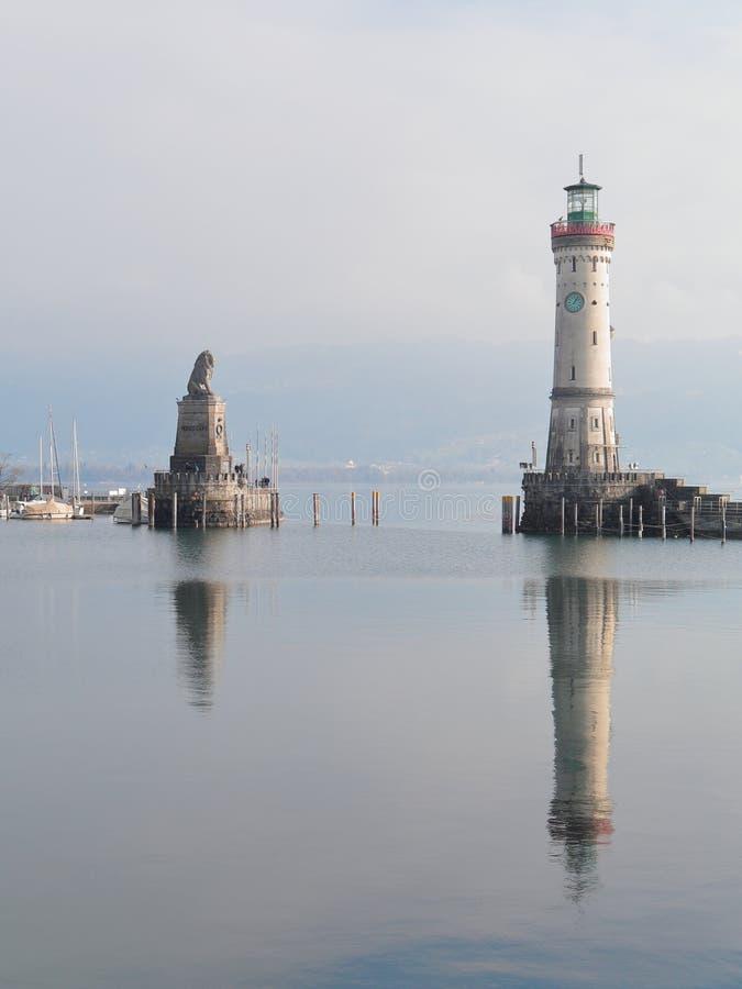 Faro y Lion Monument bávaro en la entrada del puerto de Lindau, Lindau, Baviera, Alemania imagen de archivo
