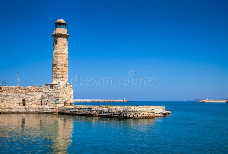Faro y pared en el puerto veneciano viejo en Rethymno Creta GR imagenes de archivo