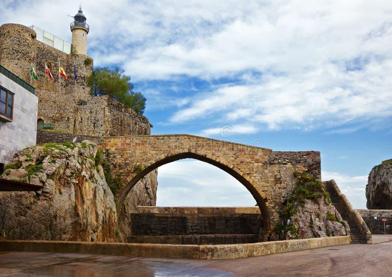 Faro y puente de Castro-Urdiales fotos de archivo