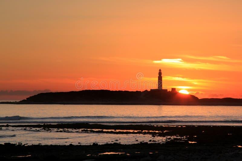 Faro y puesta del sol, España de Trafalgar del cabo fotos de archivo libres de regalías