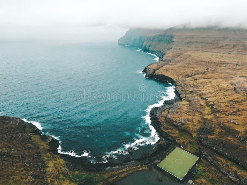 Faroe Island - Eidi stadion i Eysturoy royaltyfri fotografi
