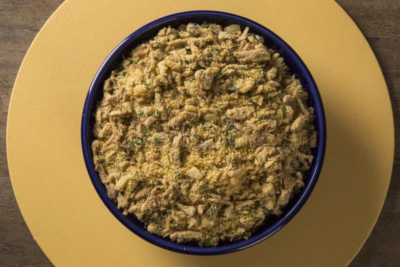 Farofa - farinha e carne de porco da mandioca do toastef - prato lateral brasileiro tradicional imagens de stock