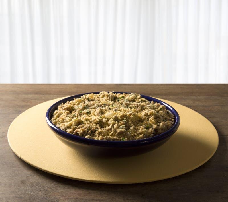 Farofa - farinha e carne de porco da mandioca do toastef - prato lateral brasileiro tradicional fotos de stock royalty free