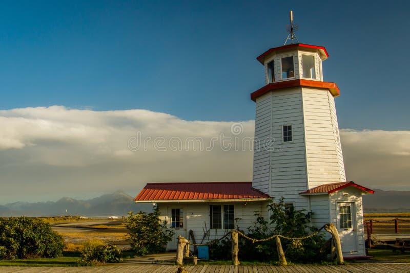 Farol branco na cidade do local, península de Kenai, Alaska foto de stock royalty free