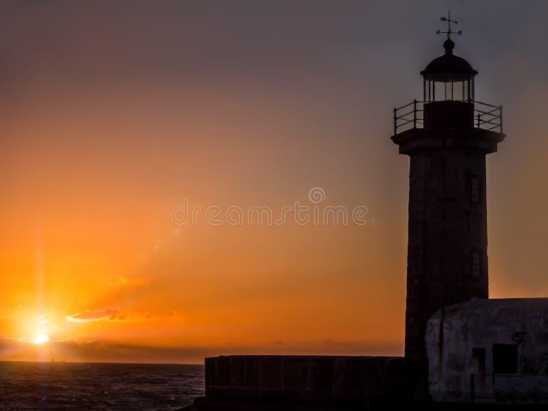 Farol contra o por do sol, Porto, Portugal foto de stock royalty free
