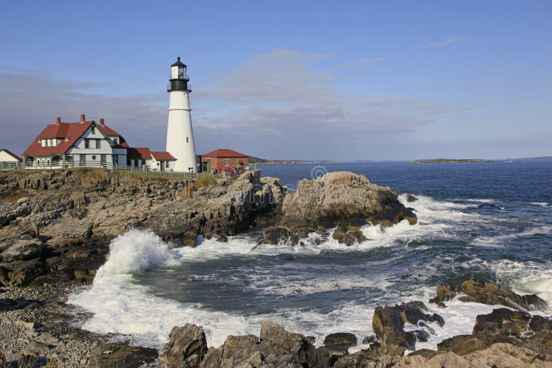Farol da cabeça de Portland, maré de Maine.Incoming fotos de stock