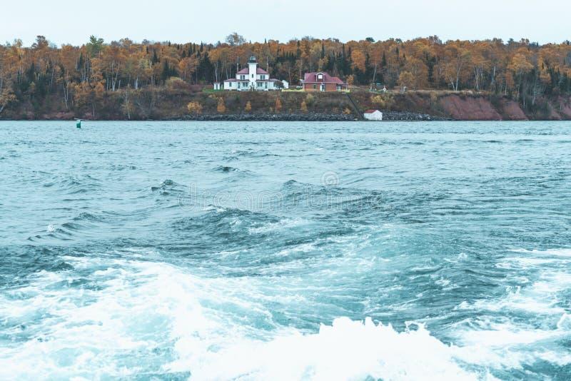Farol da Ilha Raspberry, em Wisconsin, no Lago Superior, nas Ilhas Apostle - velório do barco em imagens de stock royalty free