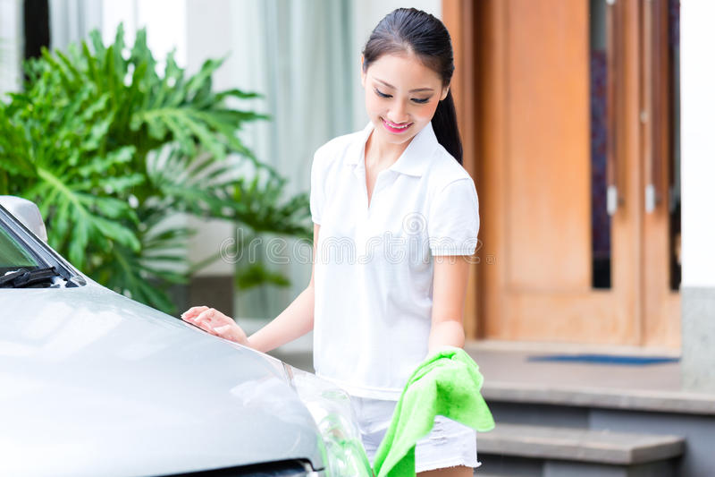 Farol da limpeza da mulher na lavagem de carros imagem de stock royalty free