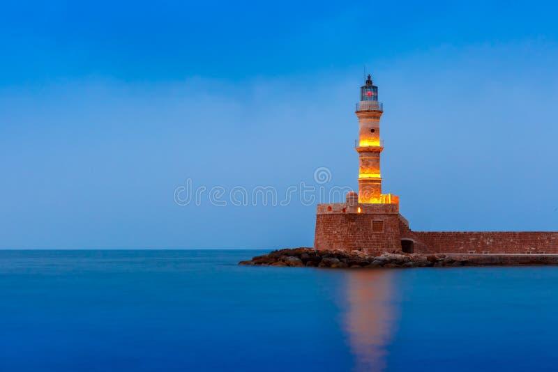 Farol da noite no porto velho, Chania, Creta fotos de stock