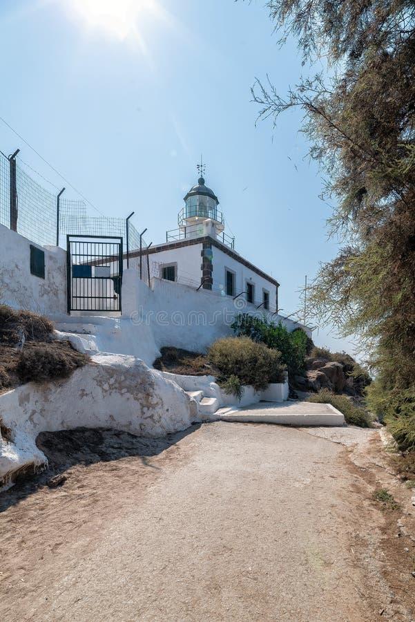 Farol de Akrotiri - ilha de Santorini Cyclades - Mar Egeu - G imagem de stock royalty free