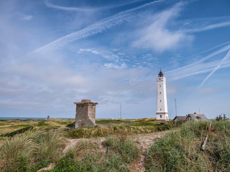 Farol de Blaavand e depósito WW2 na costa de mar de Nort em Dinamarca fotos de stock