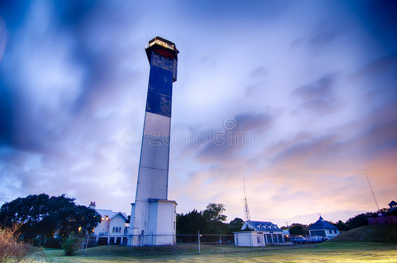 Farol de Charleston na noite situada na ilha de Sullivan dentro fotografia de stock
