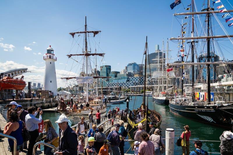 Farol de Darling Harbour e navios altos amarrados imagens de stock royalty free
