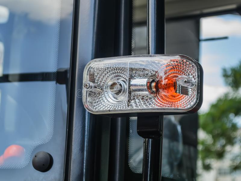 Farol de duas cores em um lado da cabine moderna do trator Luzes de estacionamento e de gerencio em uma cabine nova do trator Clo foto de stock royalty free