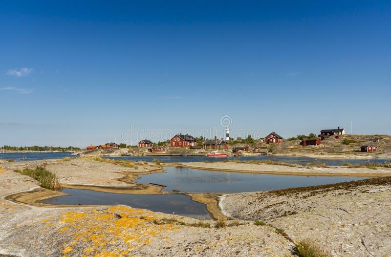 Farol de Huvudskär e achipelago de Éstocolmo da associação da rocha foto de stock