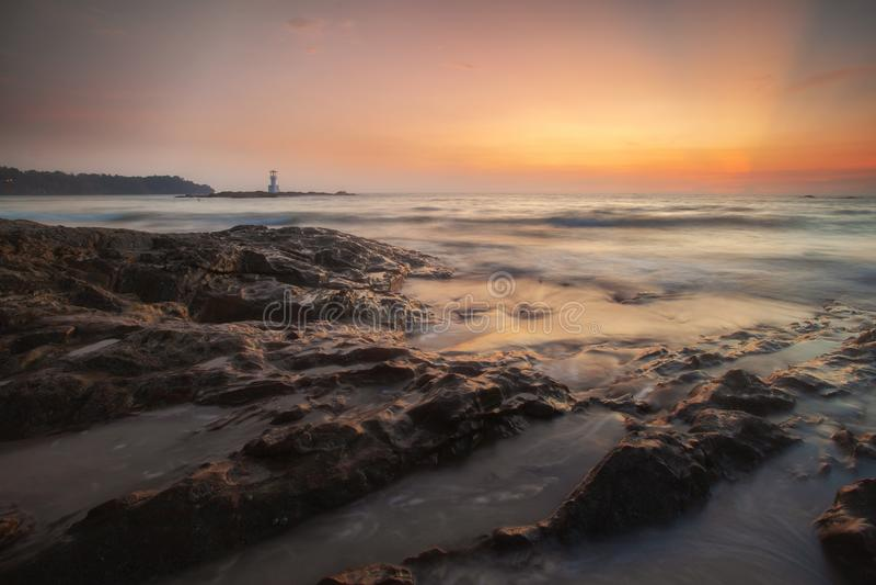Farol de Khao Lak e por do sol maravilhoso do céu no mar de Andaman fotos de stock