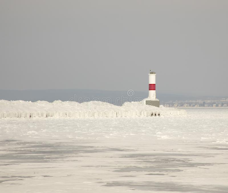Farol de Petoskey Pierhead no Lago Michigan congelado, Petoskey, fotografia de stock royalty free