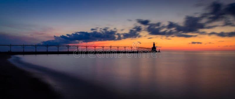 Farol do leste de Pierhead da cidade de Michigan ap?s o panorama do por do sol imagens de stock royalty free