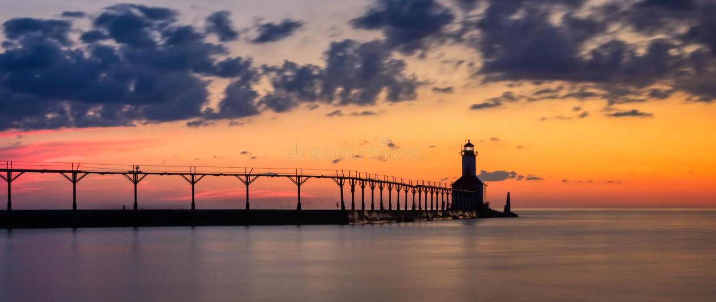 Farol do leste de Pierhead da cidade de Michigan ap?s o panorama do por do sol imagens de stock