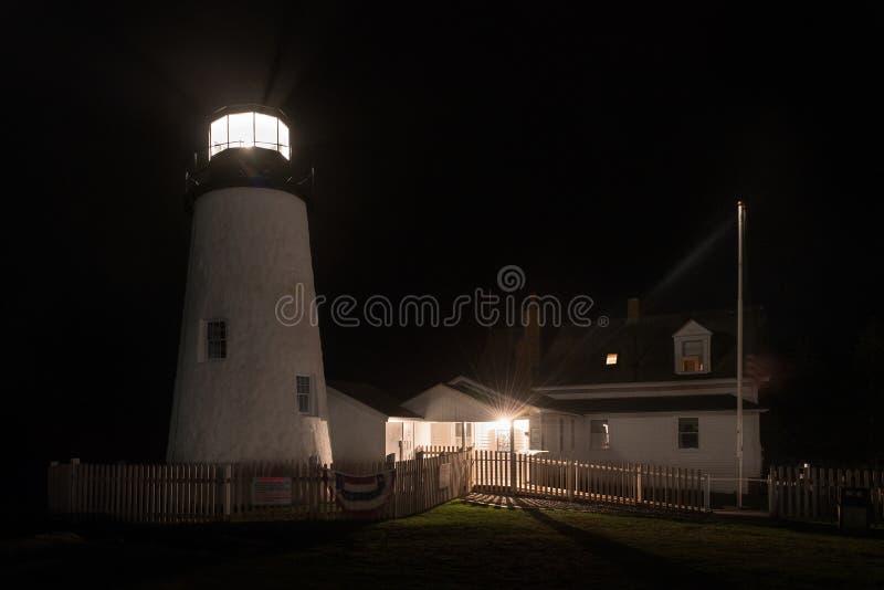 Farol do ponto de Pemaquid e casa dos depositários na noite nevoenta imagens de stock