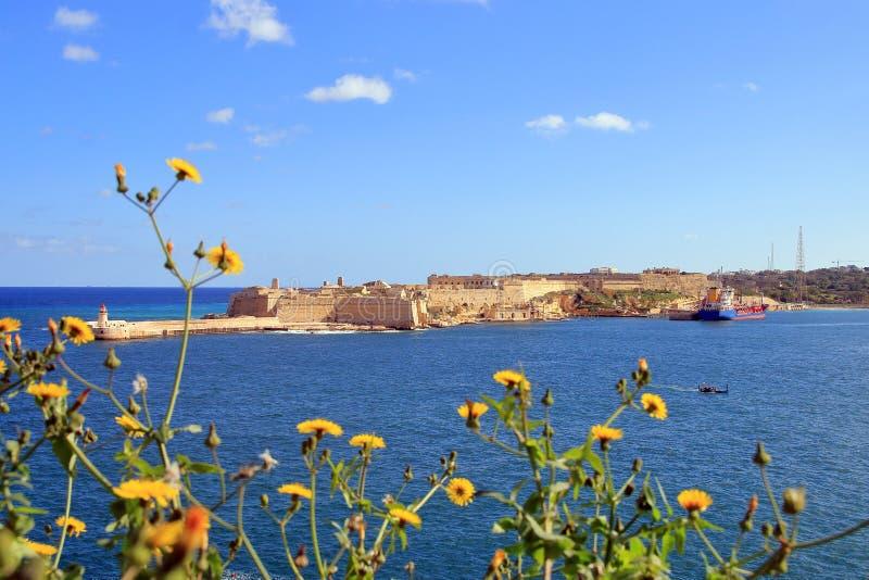 Farol e forte Ricasoli em um dia ensolarado na ilha de Malta foto de stock royalty free