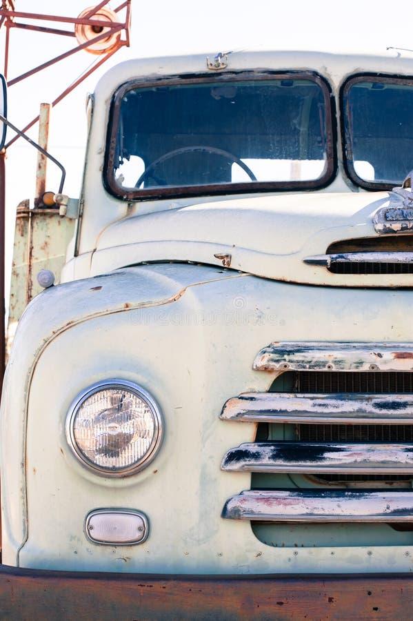 Farol e grade dianteiros de um caminhão branco velho de Bedford imagens de stock